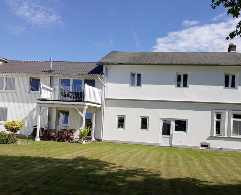 Westansich des Hofes mit Ferienwohnung und Balkon